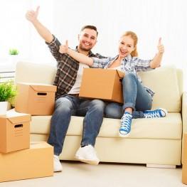 Paar auf Sofa mit Kartons