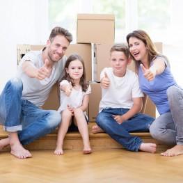 Familie mit Kinder vor Kartons